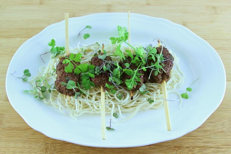 Satés de bœuf haché avec coriandre