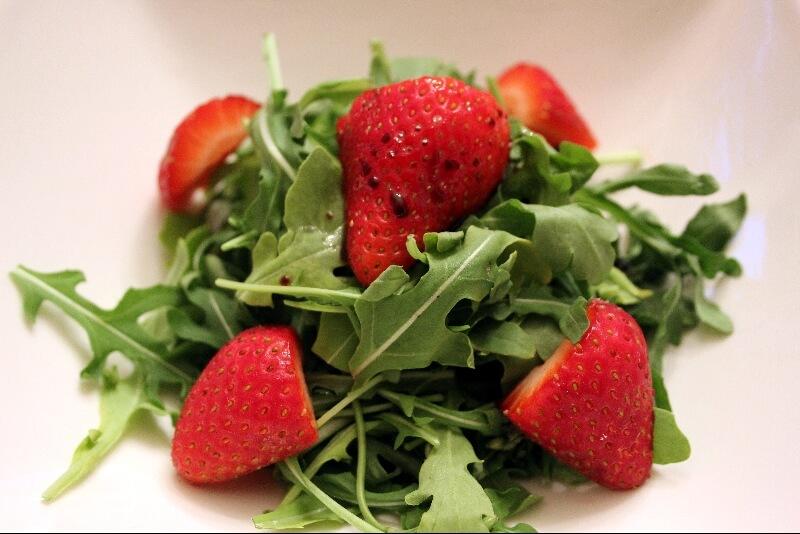 Salade de roquettes et fraises
