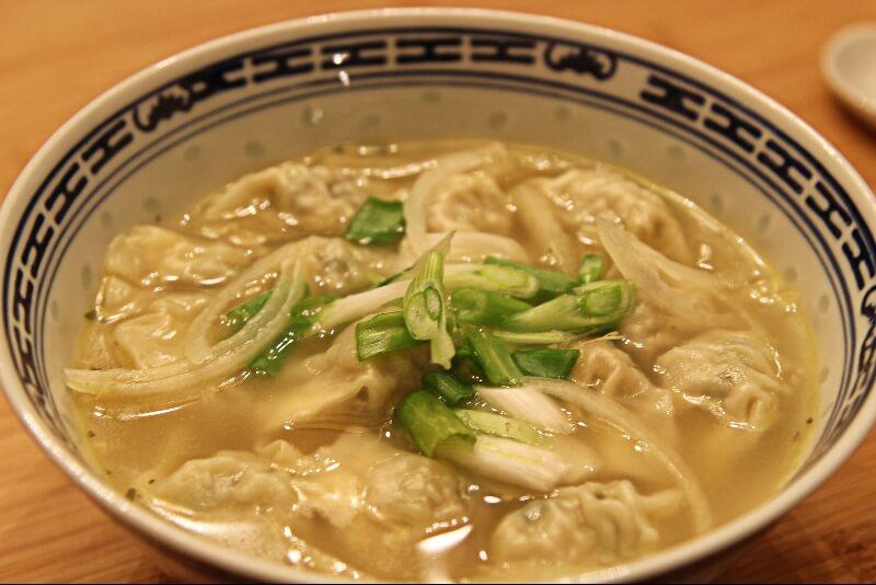 soupe de dumplings au poulet et coriandre