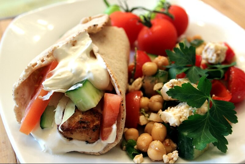 Brochette méditerranéenne sur pita